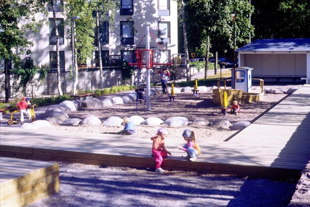 Kiviainekset (hiekka- ja lohkareet) ovat läsnä myös leikkipuistoissa. Kuva Eija ehrukainen, Infra ry.