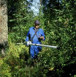 Sähkömagneettista maastomittausta Geonics EM31-haravalla. Kuva: J. Väätäinen, GTK.